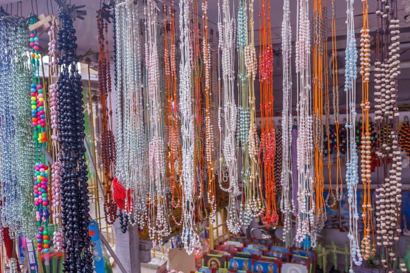 Η άποψη της τεχνητής αλυσίδας διακοσμεί την ένωση σε ένα κατάστημα οδών με χάντρες, Chennai, Ινδία, στις 19 Φεβρουαρίου 2017 στοκ εικόνες
