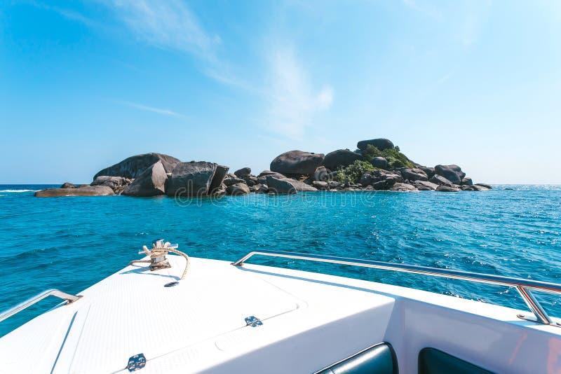 Η άποψη της τροπικής θάλασσας από το γιοτ ή τη βάρκα, σχοινί αγκύρων έδεσε, σαφείς νερό και πέτρα όμορφα όπως έναν ουρανό στοκ εικόνα