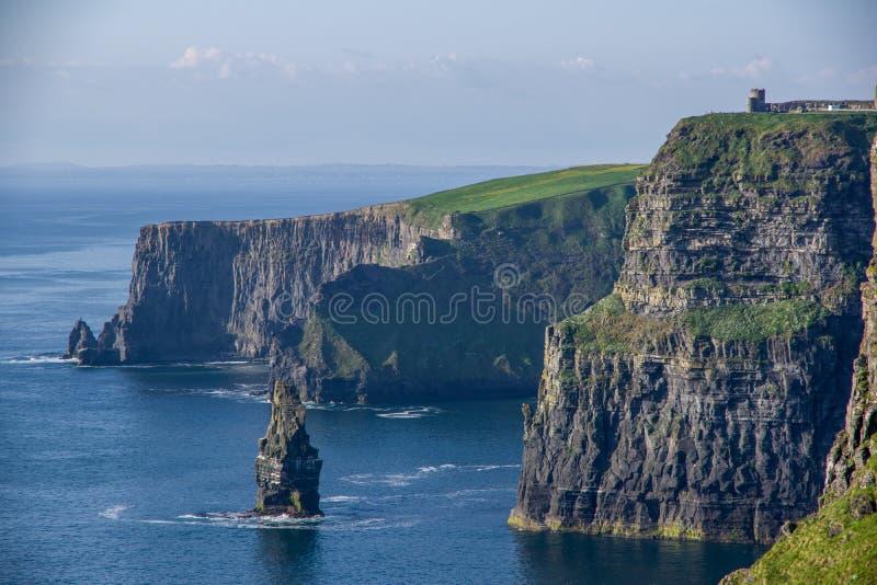 Η άποψη τοπίων των απότομων βράχων Moher και το Ο ` ο πύργος ` s με σαφή στοκ εικόνες με δικαίωμα ελεύθερης χρήσης