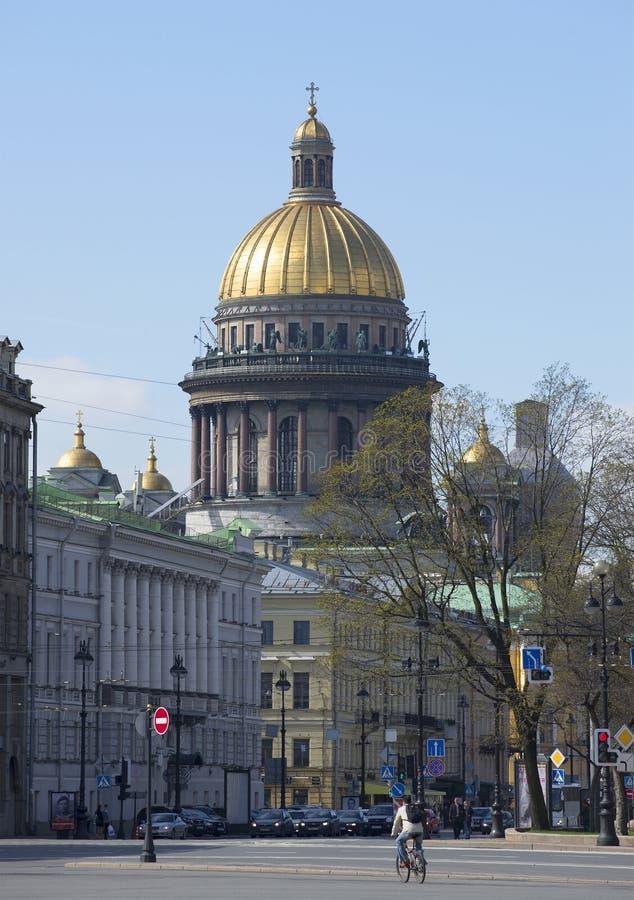 Η άποψη του θόλου του καθεδρικού ναού του ST Isaac ` s, τετράγωνο παλατιών μπορεί ημέρα Πετρούπολη Άγιος στοκ εικόνα με δικαίωμα ελεύθερης χρήσης