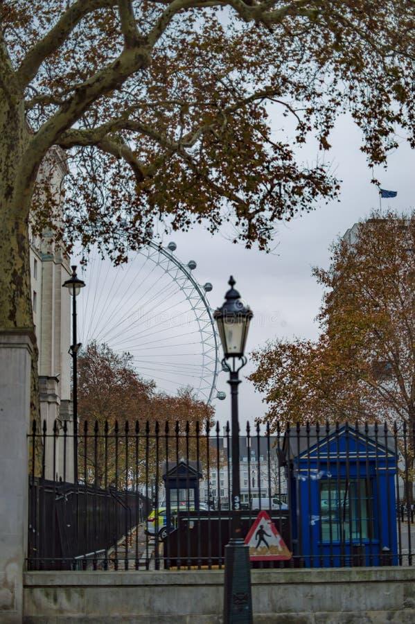 Η άποψη του ματιού του Λονδίνου από το κατέβασμα της οδού στο UK στοκ φωτογραφία με δικαίωμα ελεύθερης χρήσης