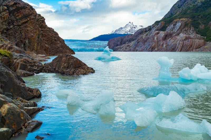 Η άποψη του μικρού παγόβουνου διακόπτει τον γκρίζο παγετώνα και να επιπλεύσει στην γκρίζα λίμνη στο νότιο Patagonian τομέα πάγου στοκ φωτογραφίες με δικαίωμα ελεύθερης χρήσης