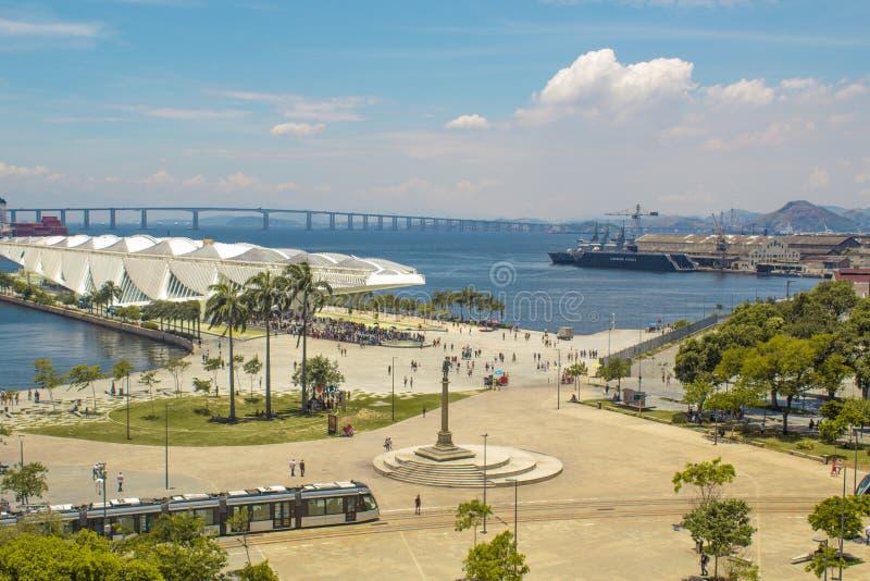 Η άποψη του μουσείου του αύριο γνωστού επίσης ως Museu κάνει Amanhã, από το Ρίο Musuem της τέχνης ΧΑΛΑΣΤΕ την άποψη στοκ φωτογραφία με δικαίωμα ελεύθερης χρήσης