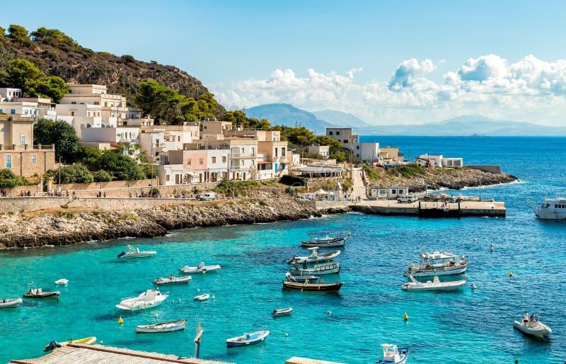 Η άποψη του νησιού Levanzo, είναι η μικρότερη των τριών νησιών Aegadian στη Μεσόγειο της Σικελίας στοκ φωτογραφία με δικαίωμα ελεύθερης χρήσης