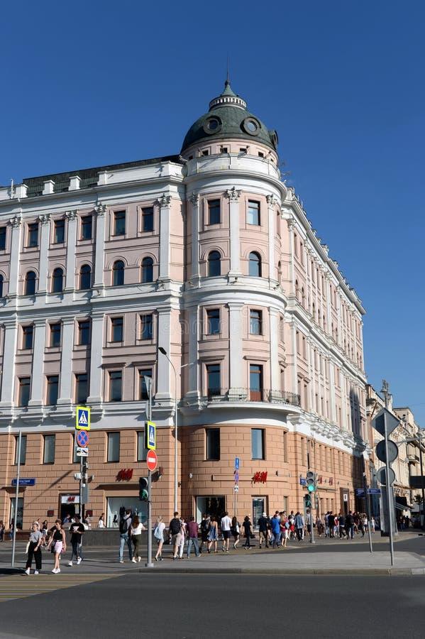 Η άποψη του παλαιού κτηρίου στην οδό Tverskaya, στεγάζει 16 στη Μόσχα Προηγούμενο σπίτι διαμερισμάτων στοκ εικόνα