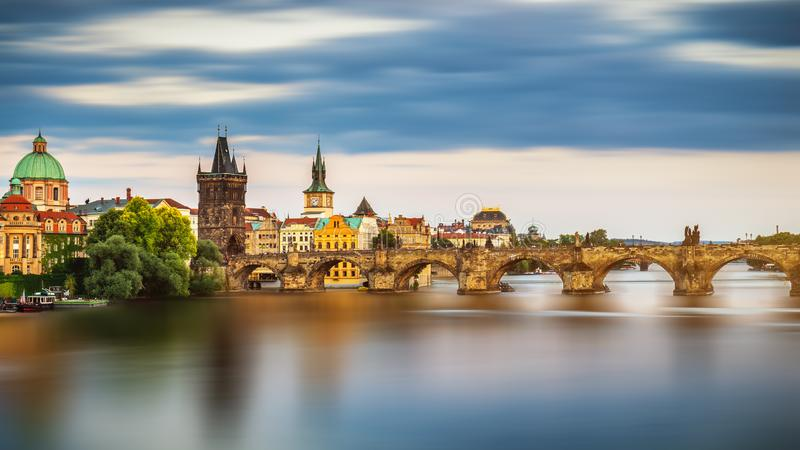 Η άποψη του ποταμού Vltava και των γεφυρών έλαμψε με τον ήλιο ηλιοβασιλέματος, Πράγα, η Δημοκρατία της Τσεχίας στοκ φωτογραφία με δικαίωμα ελεύθερης χρήσης