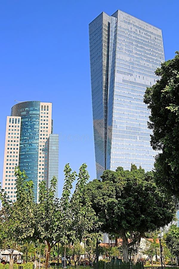 Η άποψη του πύργου AfiSquare ουρανοξυστών έφυγε και του δικαιώματος πύργων στοκ εικόνες