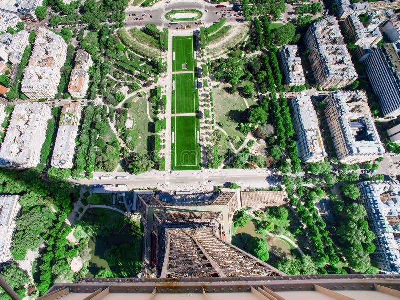 Η άποψη του Champ de Mars από την κορυφή του πύργου του Άιφελ που κοιτάζει κάτω βλέπει την ολόκληρη πόλη στοκ φωτογραφίες με δικαίωμα ελεύθερης χρήσης