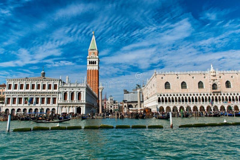 Η άποψη του ST χαρακτηρίζει το τετράγωνο και το καμπαναριό στη Βενετία στοκ εικόνες