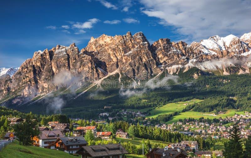 Η άποψη Cortina D'Ampezzo με Pomagagnon τοποθετεί στο backgroun στοκ φωτογραφία με δικαίωμα ελεύθερης χρήσης