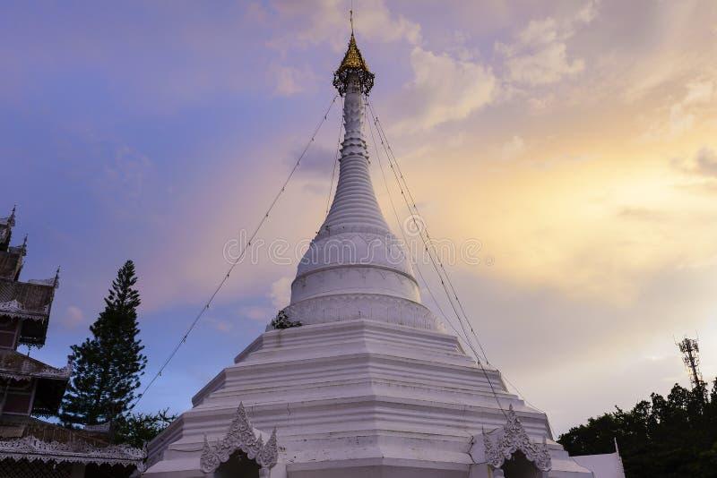 Η άσπρη βουδιστική παγόδα με το λυκόφως στοκ φωτογραφίες με δικαίωμα ελεύθερης χρήσης