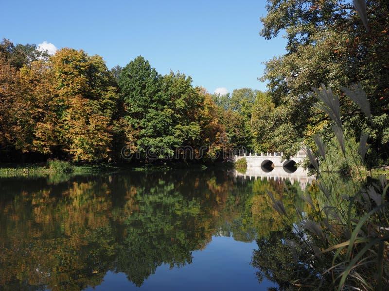 Η άσπρη γέφυρα ομορφιάς στα λουτρά σταθμεύει τα τοπία στη Βαρσοβία, ευρωπαϊκή πρωτεύουσα της Πολωνίας το 2018 το Σεπτέμβριο στοκ φωτογραφίες με δικαίωμα ελεύθερης χρήσης