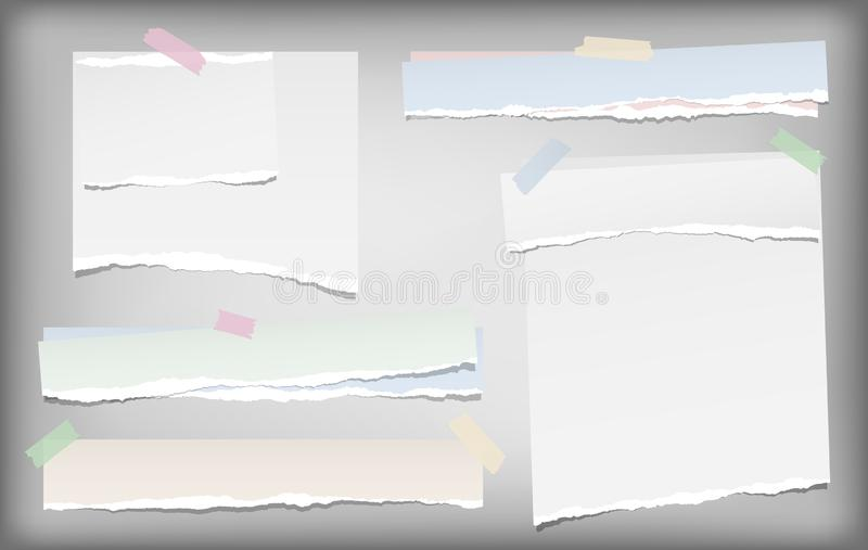Η άσπρη και ζωηρόχρωμη σημείωση, λουρίδες εγγράφου σημειωματάριων με τις σχισμένες άκρες κόλλησε με την κολλώδη ταινία στο γκρίζο απεικόνιση αποθεμάτων