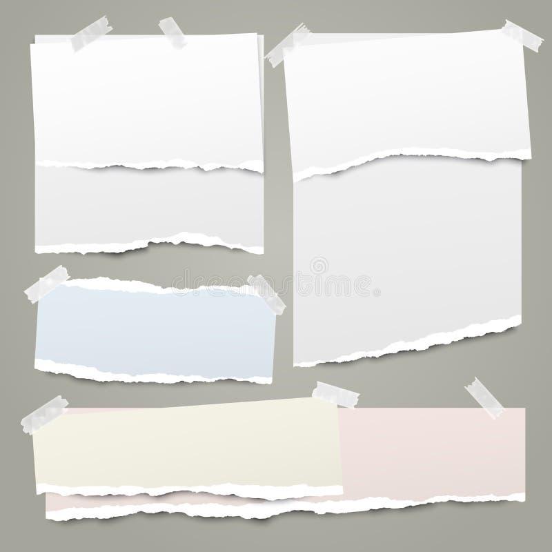 Η άσπρη και ζωηρόχρωμη σημείωση, λουρίδες εγγράφου σημειωματάριων με τις σχισμένες άκρες κόλλησε με την κολλώδη ταινία στο πράσιν ελεύθερη απεικόνιση δικαιώματος