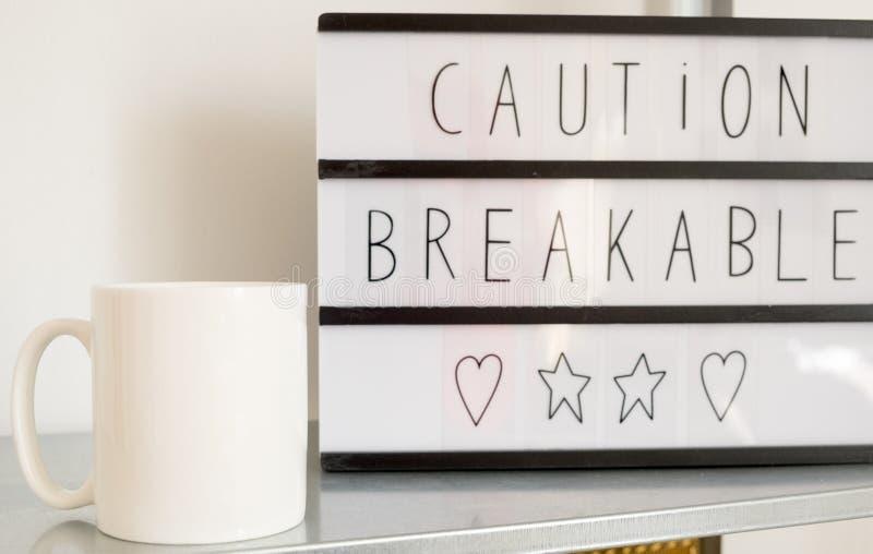 Η άσπρη κενή χλεύη κουπών καφέ προσθέτει μέχρι το σχέδιο/το απόσπασμα συνήθειας στοκ εικόνες με δικαίωμα ελεύθερης χρήσης