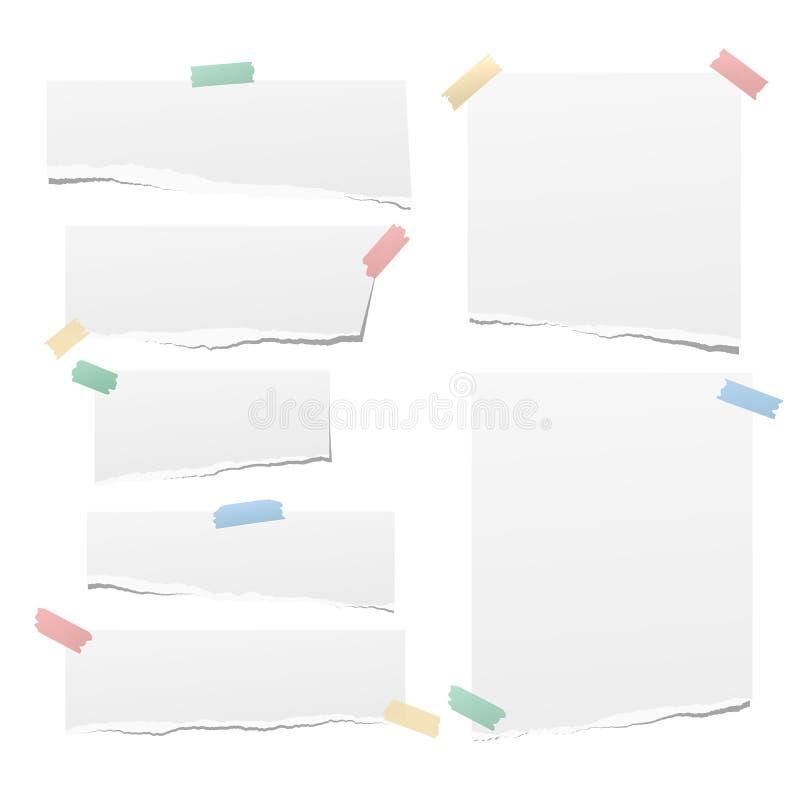 Η άσπρη σημείωση, λουρίδες εγγράφου σημειωματάριων με τις σχισμένες άκρες κόλλησε με τη ζωηρόχρωμη κολλώδη ταινία στο άσπρο υπόβα ελεύθερη απεικόνιση δικαιώματος