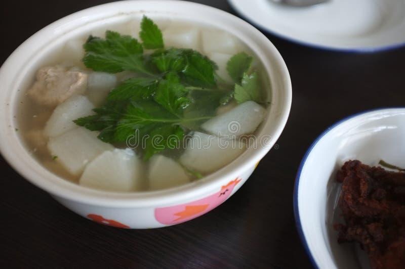 Η άσπρη σούπα ραδικιών με τις εφεδρείες χοιρινού κρέατος σχίζει στοκ φωτογραφίες