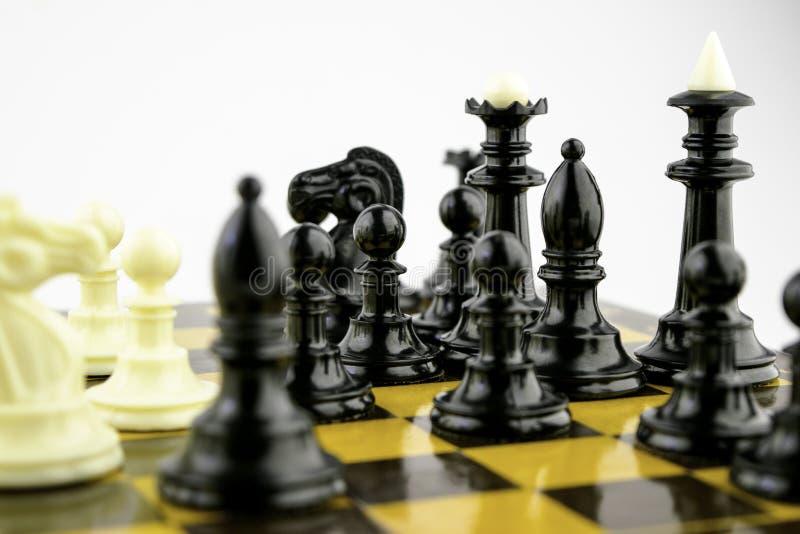 Η άσπρη στάση κομματιών σκακιού σε μια σκακιέρα κατά τη διάρκεια ενός παιχνιδιού του σκακιού, στρέφεται στο κέντρο του πίνακα στοκ εικόνες με δικαίωμα ελεύθερης χρήσης