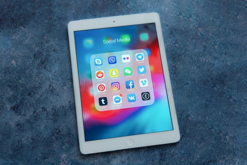 Η άσπρη Apple iPad αερίζει με τα διαφορετικά εικονίδια των κοινωνικών μέσων: στοκ φωτογραφία με δικαίωμα ελεύθερης χρήσης