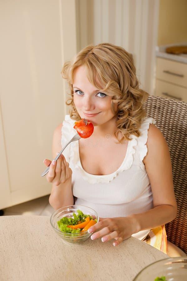 Η έγκυος γυναίκα τρώει τη φυτική σαλάτα στοκ φωτογραφία