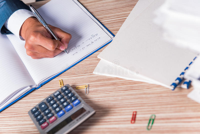 Η έκθεση γραψίματος επιχειρηματιών στο γραφείο στοκ φωτογραφία με δικαίωμα ελεύθερης χρήσης