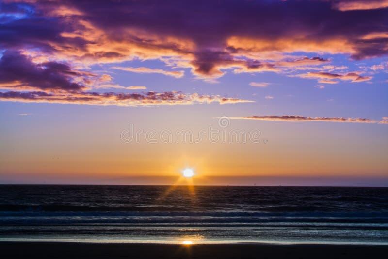 η έκθεση παραλιών αισθάνεται ότι δίνει τα αργά μαλακά κύματα ηλιοβασιλέματος πολύ στοκ εικόνες με δικαίωμα ελεύθερης χρήσης