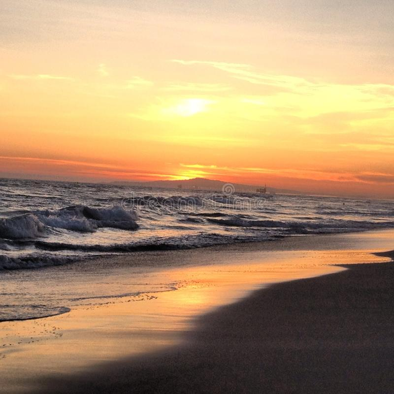 η έκθεση παραλιών αισθάνεται ότι δίνει τα αργά μαλακά κύματα ηλιοβασιλέματος πολύ στοκ εικόνα
