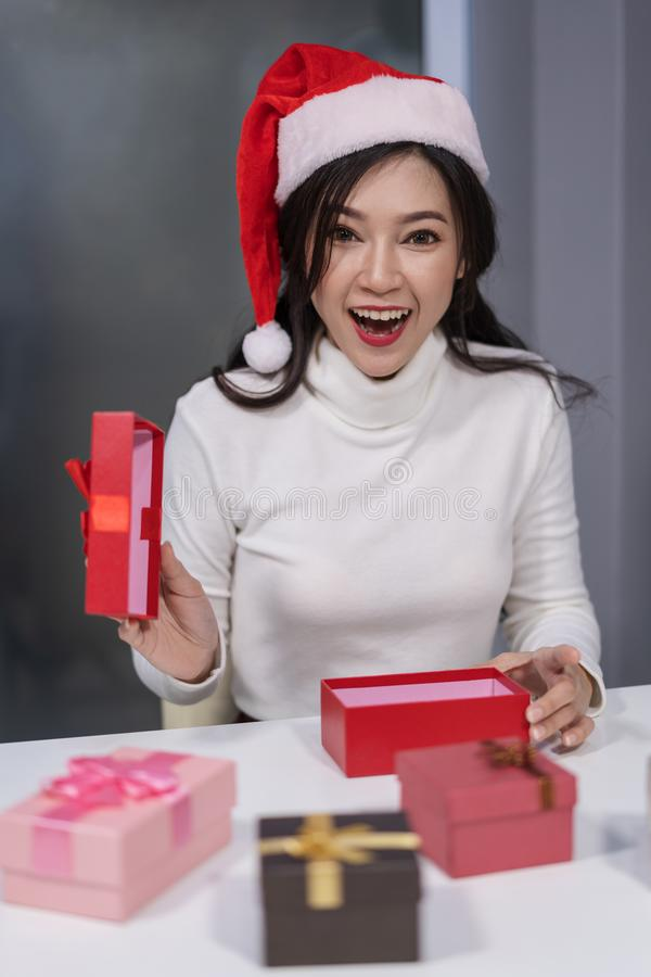 Η έκπληκτη γυναίκα στο santa είχε το κιβώτιο δώρων Χριστουγέννων ανοίγματος στοκ φωτογραφία με δικαίωμα ελεύθερης χρήσης