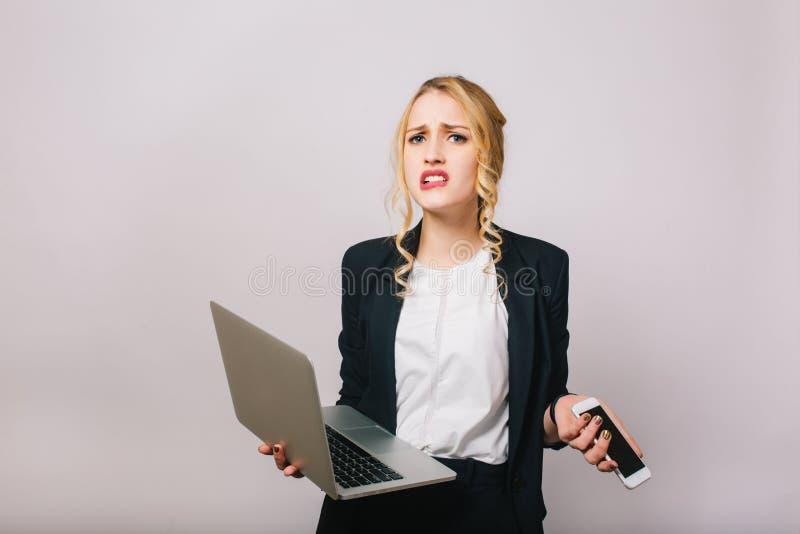 Η έκφραση ανέτρεψε τις αληθινές συγκινήσεις της ξανθής επιχειρηματία στο άσπρο υπόβαθρο Σύγχρονος εργαζόμενος γραφείων, lap-top,  στοκ εικόνες