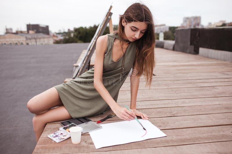 Η έμπνευση καλλιτεχνών μελανώνει την αστική έννοια στεγών στοκ φωτογραφία