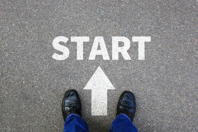 Η έναρξη που αρχίζει αρχίζει την εργασία επιχειρησιακής έννοιας επιχειρηματιών στοκ φωτογραφίες