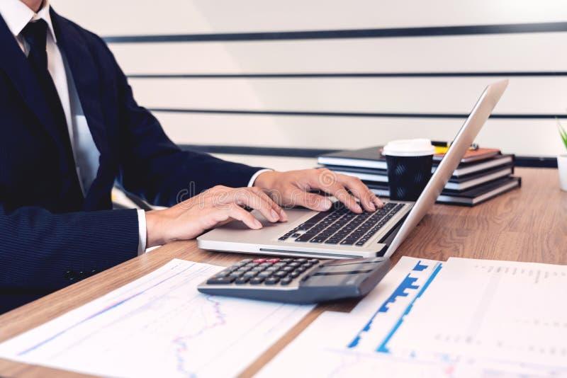 Η έννοια ανάλυσης στρατηγικής, επιχειρηματίας που λειτουργεί τον οικονομικό διευθυντή που ερευνά τη λογιστική διαδικασίας υπολογί στοκ εικόνα