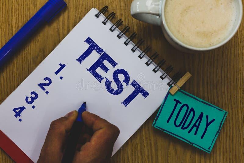 Η έννοια δοκιμής κειμένων γραφής που σημαίνει την ακαδημαϊκή συστημική διαδικασία αξιολογεί το σημάδι εγγράφου καφέ κουπών ικανότ στοκ φωτογραφία με δικαίωμα ελεύθερης χρήσης