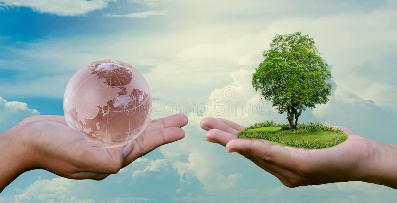 Η έννοια εκτός από τον κόσμο εκτός από το περιβάλλον ο κόσμος είναι στα χέρια του ουρανού στοκ εικόνα