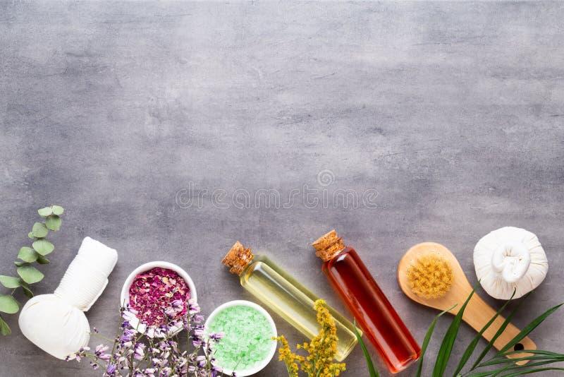 Η έννοια επεξεργασίας SPA, επίπεδη βάζει τη σύνθεση με τα φυσικά καλλυντικά προϊόντα και τρίβει τη βούρτσα, άποψη άνωθεν, κενό δι στοκ φωτογραφίες