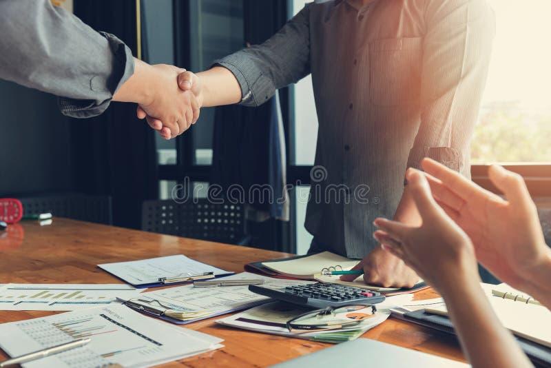 Η έννοια επιχειρήσεων και χρηματοδότησης του γραφείου που λειτουργεί, τίναγμα επιχειρηματιών παραδίδει την αίθουσα συνεδριάσεων στοκ φωτογραφία