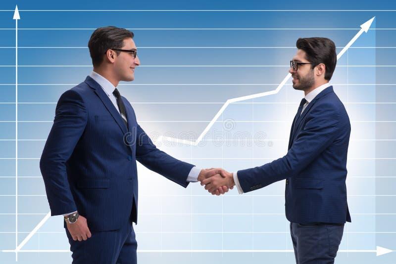 Η έννοια επιχειρησιακής συνεργασίας με τους επιχειρηματίες δίνει το τίναγμα στοκ φωτογραφία