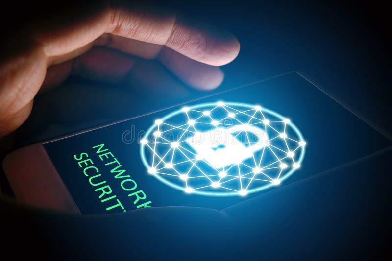 Η έννοια δικτύων ασφάλειας Cyber, άτομο προστατεύει το δίκτυο στο smartphon στοκ φωτογραφία