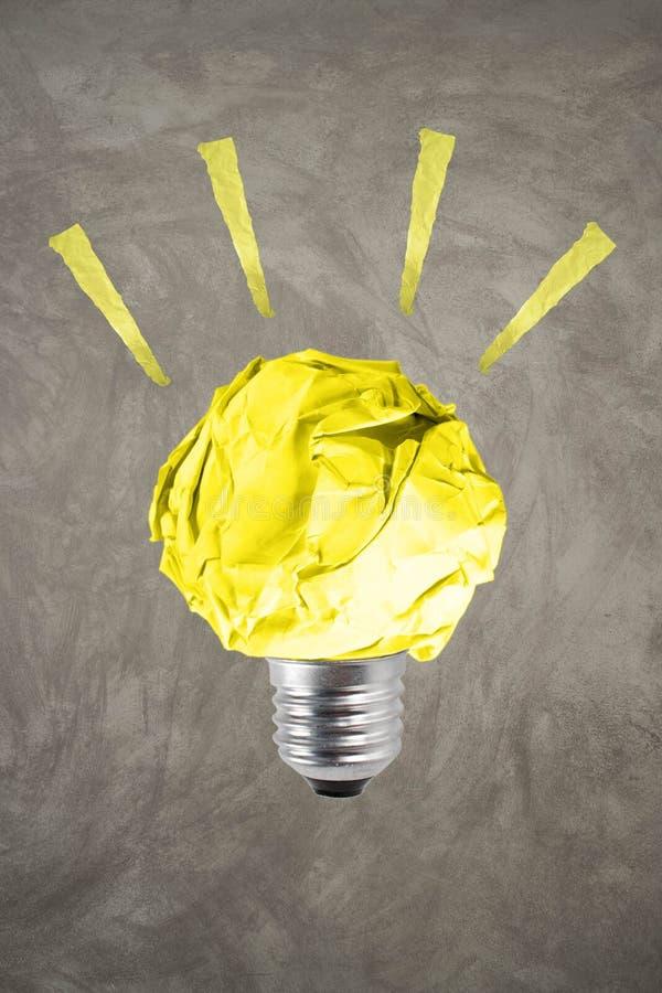 Η έννοια περιβάλλοντος έμπνευσης τσαλάκωσε την κίτρινη λάμπα φωτός εγγράφου στοκ εικόνες με δικαίωμα ελεύθερης χρήσης