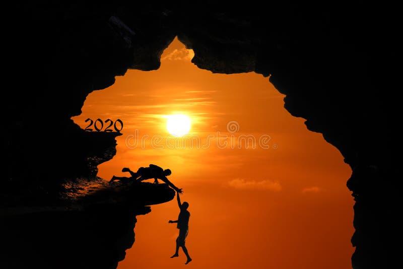 Η έννοια σκιαγραφιών του νέου έτους 2020, άτομο που πηδά και που αναρριχείται στη σπηλιά ή τους υψηλούς απότομους βράχους σε ένα  απεικόνιση αποθεμάτων