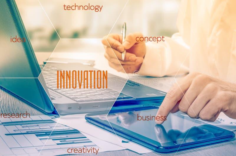 Η έννοια της καινοτομίας στην επιχείρηση Επιχειρηματίας που εργάζεται με το lap-top και την ταμπλέτα Στατιστικές αύξησης Κέρδη αύ στοκ εικόνες