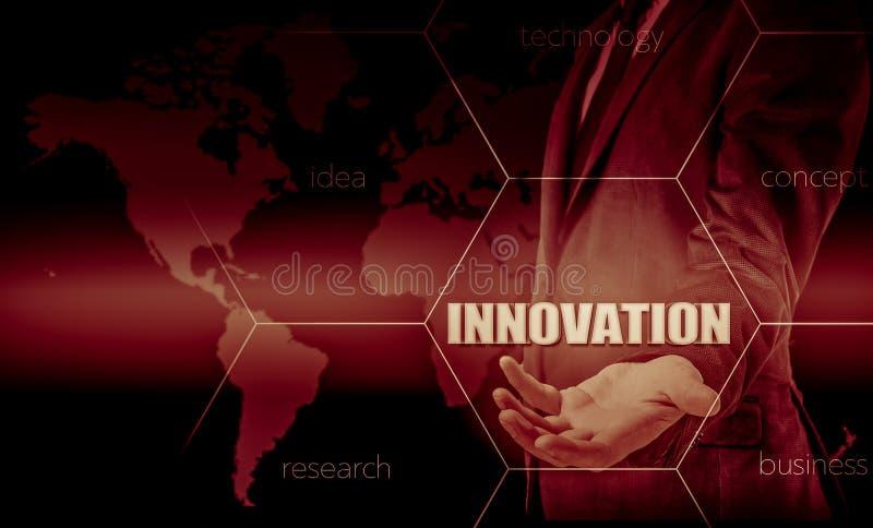 Η έννοια της καινοτομίας στην επιχείρηση Επιχειρηματίας που εργάζεται με το lap-top και την ταμπλέτα Στατιστικές αύξησης Κέρδη αύ στοκ φωτογραφία