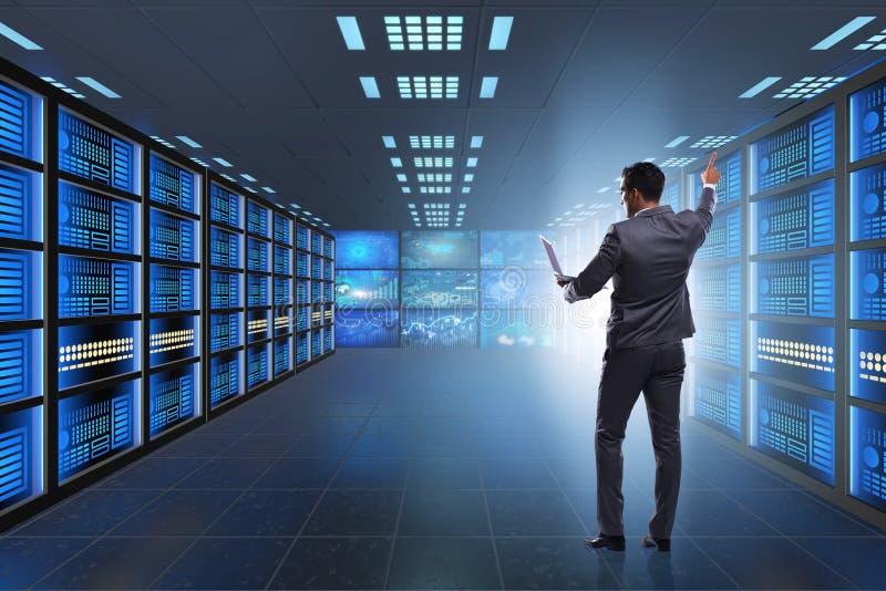 Η έννοια της μεγάλης διαχείρισης δεδομένων με τον επιχειρηματία στοκ φωτογραφίες με δικαίωμα ελεύθερης χρήσης