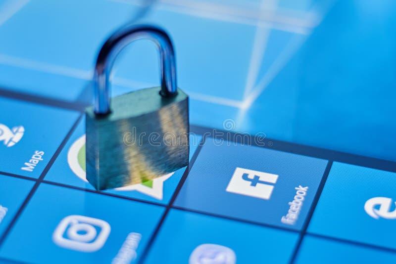 Η έννοια της προστασίας των προσωπικών στοιχείων στο κοινωνικό δίκτυο Facebook Κοινωνικά δίκτυα ασφάλειας Cheboksary, Ρωσία 4/22/ στοκ εικόνες με δικαίωμα ελεύθερης χρήσης