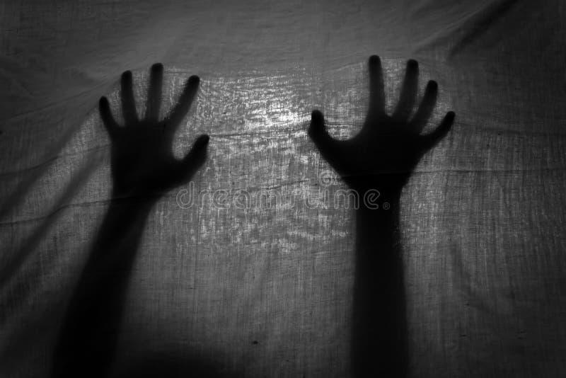 Η έννοια της σκιάς του χεριού πίσω από το ύφασμα στοκ εικόνα με δικαίωμα ελεύθερης χρήσης