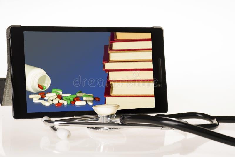 Η έννοια της συμπλήρωσης της ιατρικής γνώσης μέσω του Διαδικτύου στοκ φωτογραφία με δικαίωμα ελεύθερης χρήσης