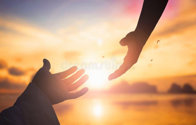 Η έννοια της σωτηρίας Θεών ` s: σκιαγραφία της έννοιας χεριών βοηθείας και της διεθνούς ημέρας της ειρήνης στοκ εικόνες με δικαίωμα ελεύθερης χρήσης