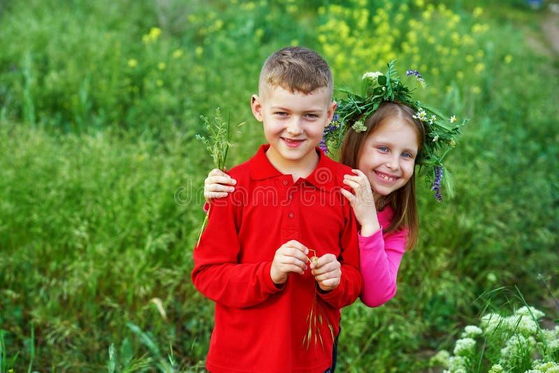 Η έννοια της φιλίας, του αγοριού και του κοριτσιού των παιδιών σε έναν περίπατο στοκ εικόνες
