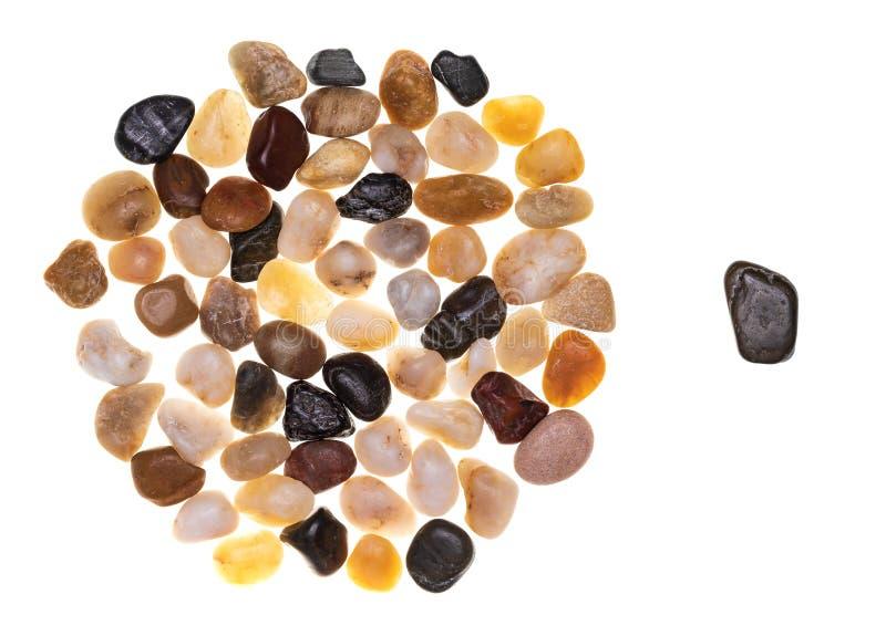 Η έννοια του αποκλεισμού και του ρατσισμού έκανε με μια ομάδα πολύχρωμων πετρών πολύχρωμων στοκ φωτογραφία