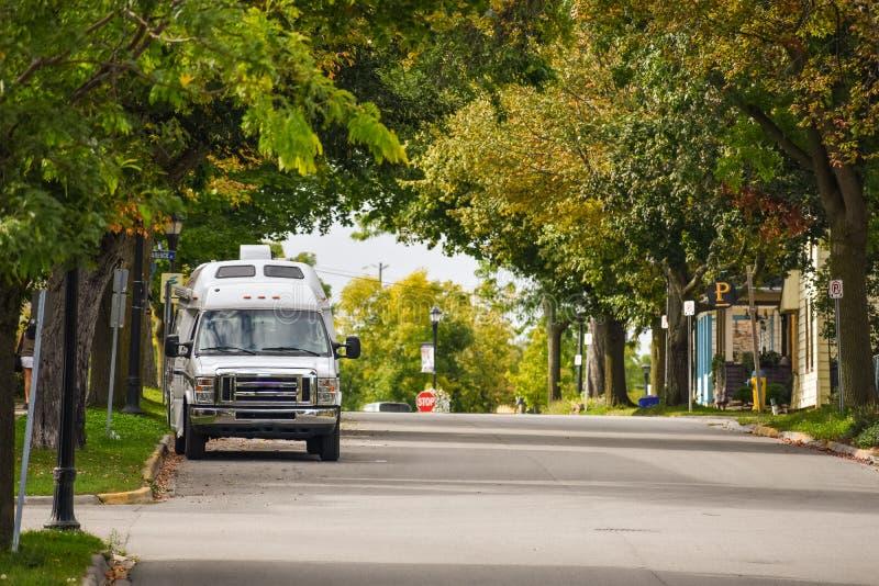 Η έννοια του Van Lifestyle Φορτηγό παρκαρισμένο σε δρόμο ανάμεσα σε δέντρα το φθινόπωρο Gananoque, Καναδάς στοκ εικόνες